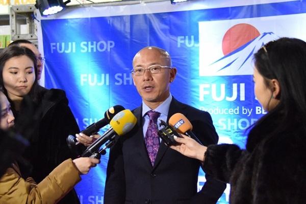 地元マスコミのインタビューに答えるビィ・フォアード代表・山川博功氏